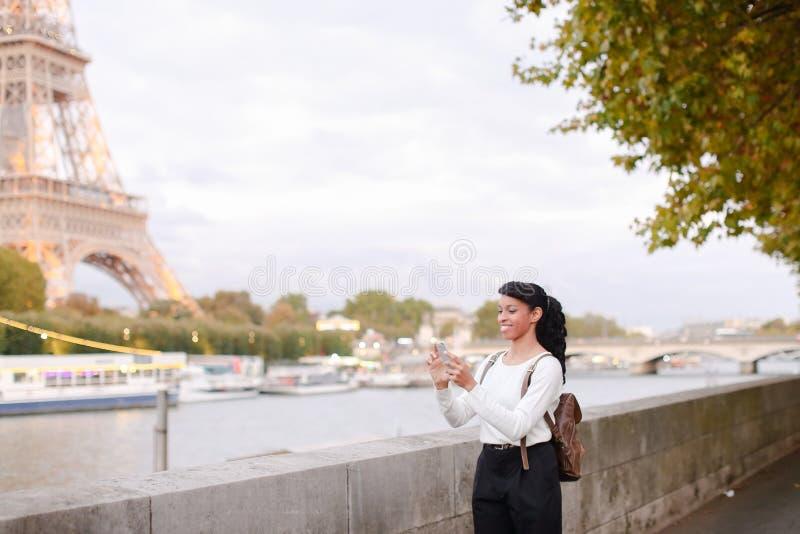 Blogger podróżuje, ładnej damy mknący wideo używa smartphone zdjęcie stock