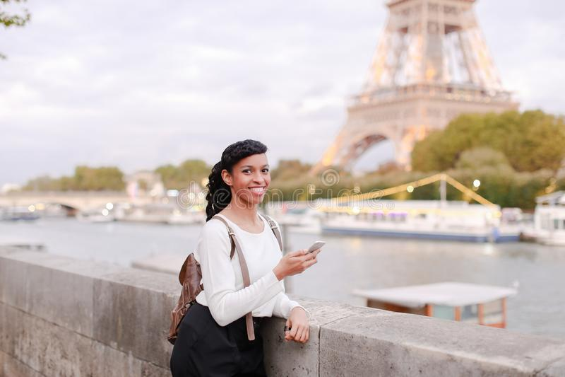 Blogger podróżuje, ładnej damy mknący wideo używa smartphone zdjęcie royalty free