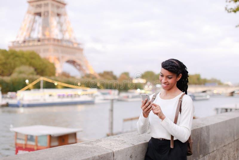 Blogger podróżuje, ładnej damy mknący wideo używa smartphone obrazy royalty free