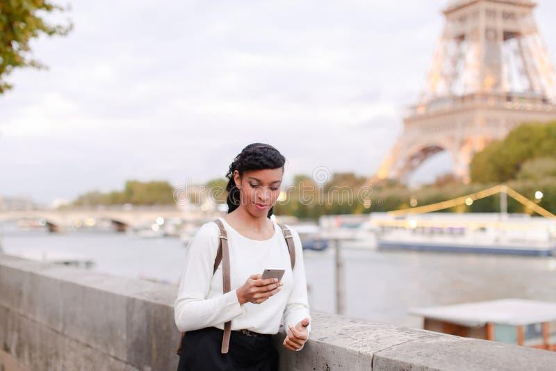 Blogger podróżuje, ładnej damy mknący wideo używa smartphone obraz stock