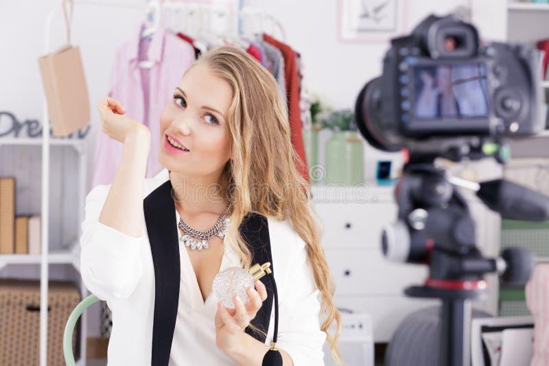 Blogger prüft den Geruch des Parfüms stockfotos