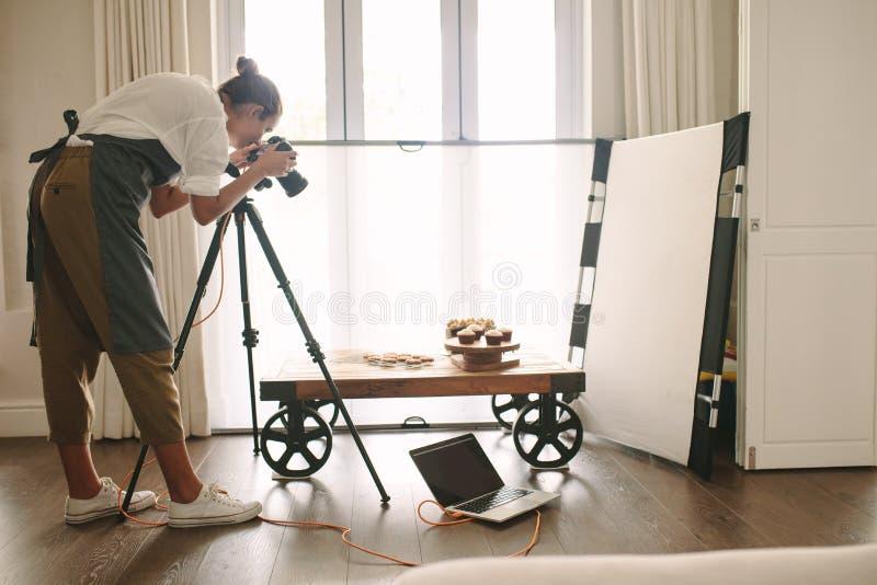 Blogger profesional de la comida en la acción foto de archivo