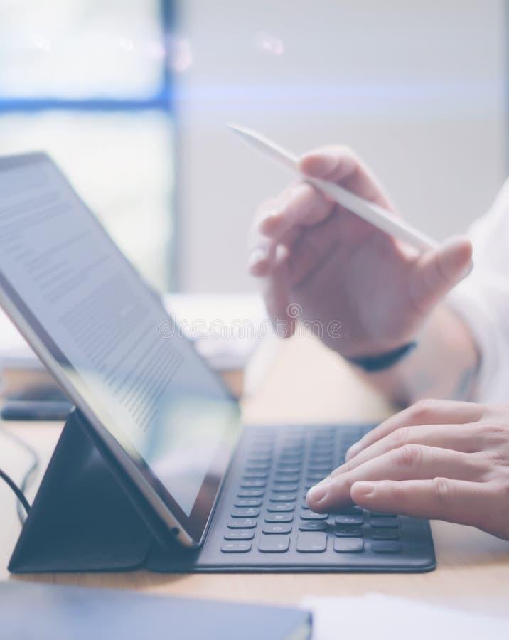 Blogger travaillant au studio Vue de plan rapproché des mains masculines dactylographiant sur la station électronique de clavier- photographie stock libre de droits