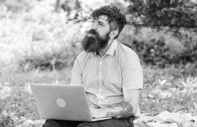 Blogger tworzy zawartość dla ogólnospołecznej sieci Blogger zostać inspirujący z natury Mężczyzna brodaty z laptop naturą zdjęcie royalty free