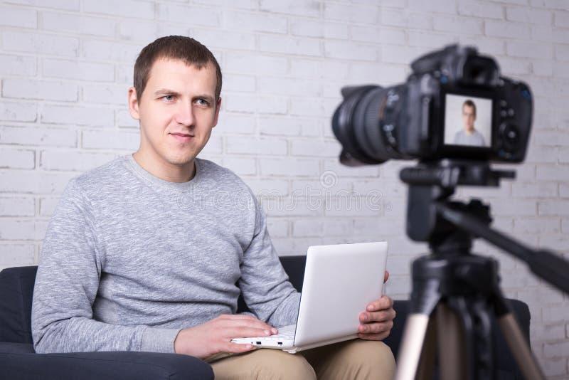 Blogger visuel enregistrant la nouvelle vidéo à la maison images libres de droits