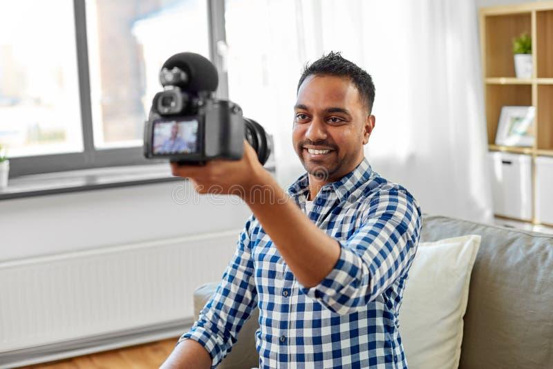 Blogger visuel masculin avec la cam?ra bloguant ? la maison photographie stock