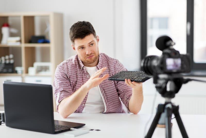 Blogger visuel masculin avec le clavier videoblogging photographie stock libre de droits