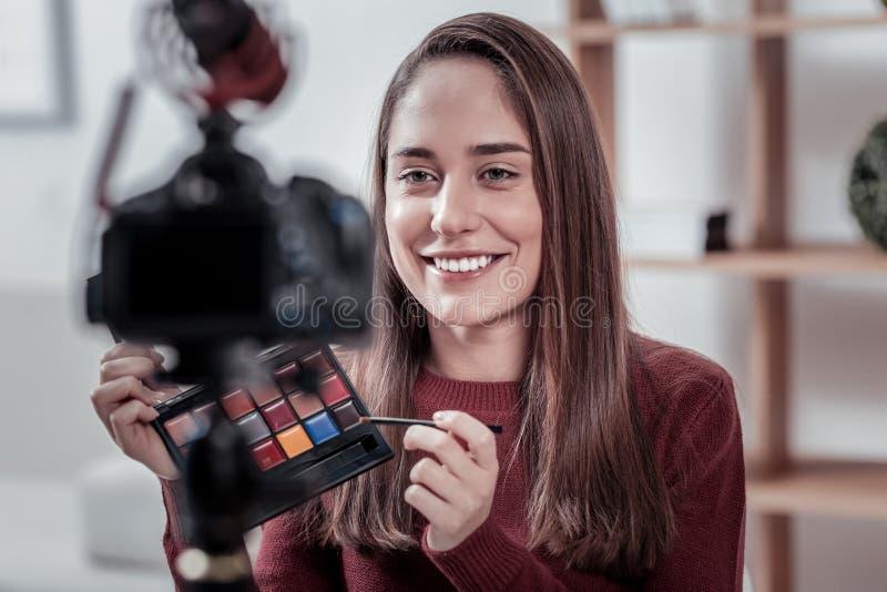 Blogger visuel populaire faisant de la publicité la nouvelle marque de cosmétiques photos libres de droits