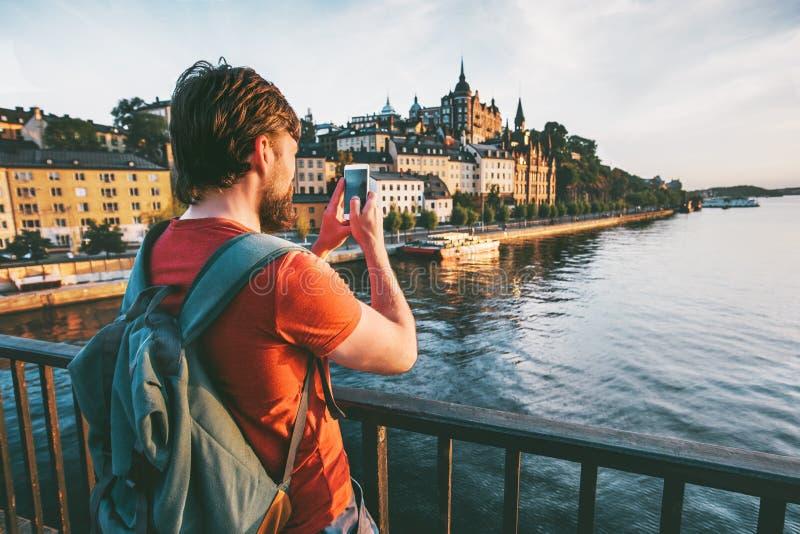 Bloggerman som tar fotoet vid smartphonen av den Stockholm staden royaltyfria bilder