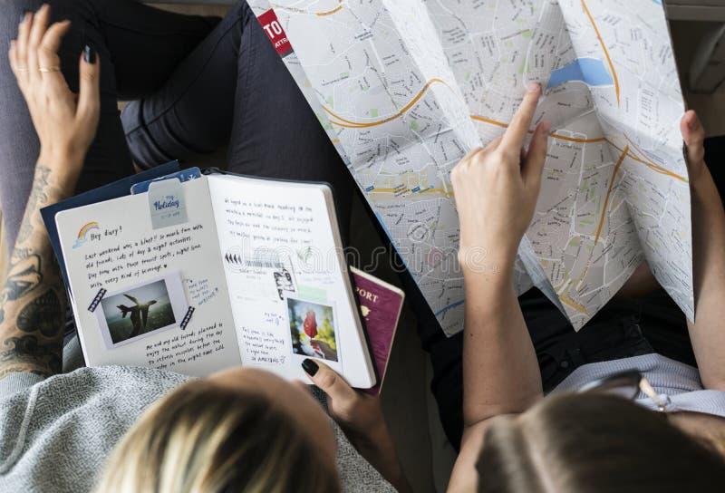 Bloggers do curso que planeiam para uma viagem fotografia de stock royalty free
