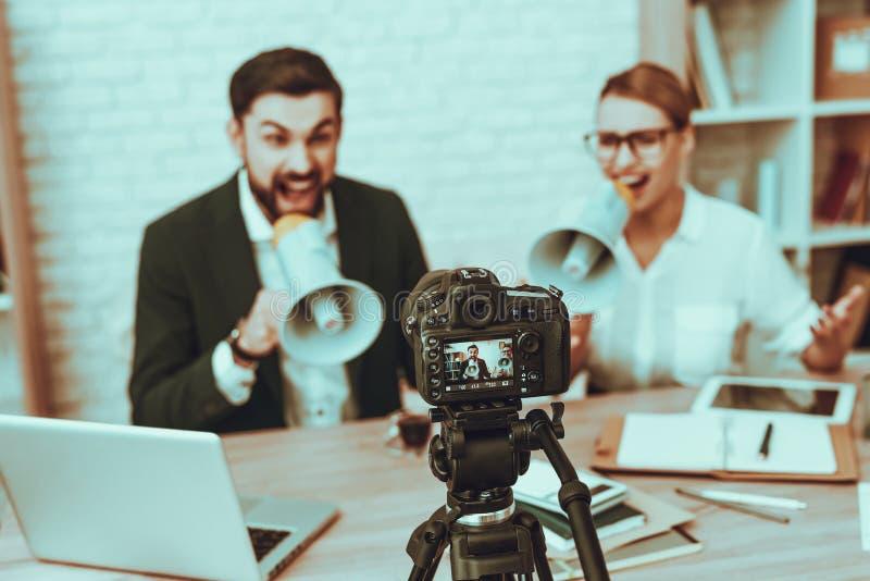 Bloggers stellt ein Video über ein Geschäft her stockfotografie