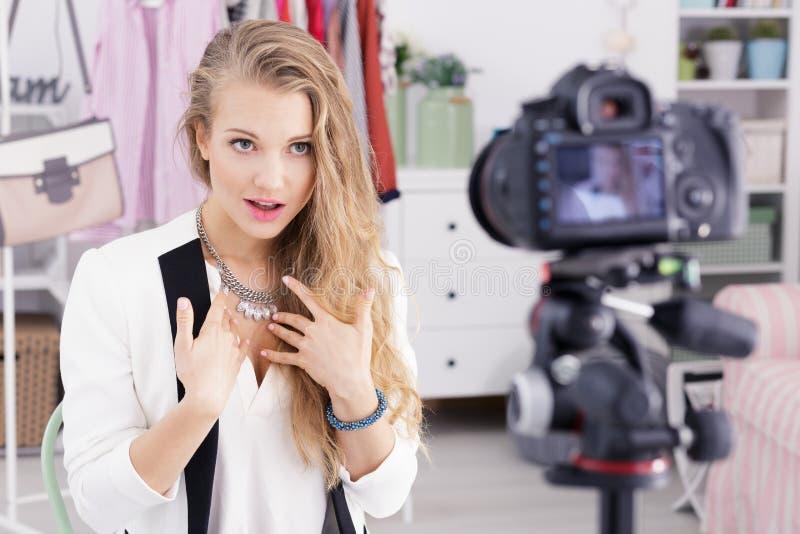 Blogging女孩和购物的录影 库存图片