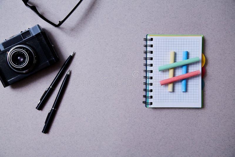 Blogging, blog και blogger ή κοινωνική έννοια μέσων: σύμβολο hashtag και διαφορετικά εξαρτήματα για το blogger r στοκ εικόνες με δικαίωμα ελεύθερης χρήσης