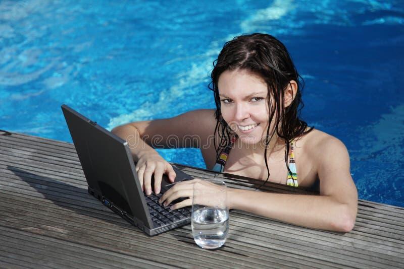 Blogging op vakantie stock foto