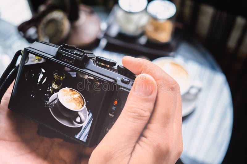 Blogging seminariumbegrepp för fotografi Hållande kameratakin för hand royaltyfria bilder