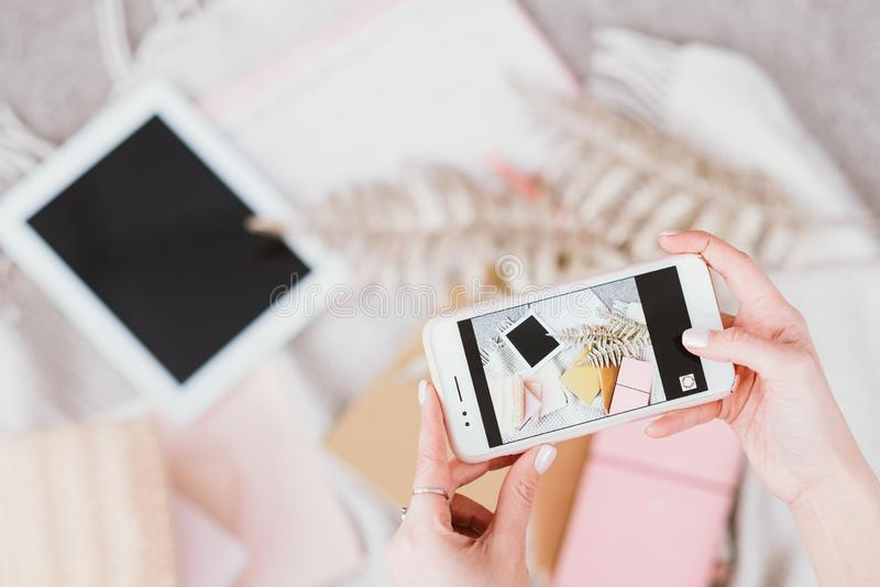 Bloggings bedrijfs digitale levensstijlsmartphone stock afbeeldingen