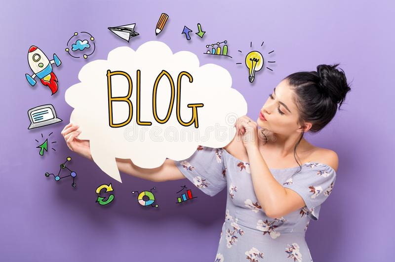 Blogue com a mulher que guarda uma bolha do discurso fotos de stock royalty free