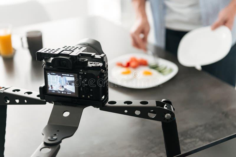 Blogue video do alimento da gravação do homem sobre o cozimento foto de stock royalty free