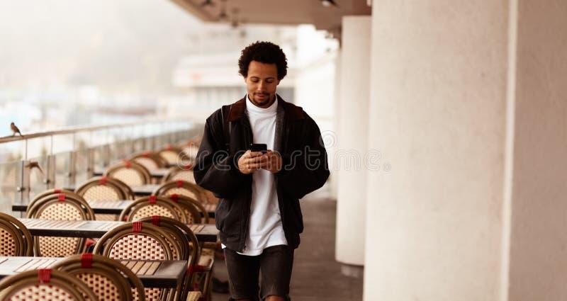 Blogueiro africano positivo, jovem digital avançado fotografia de stock