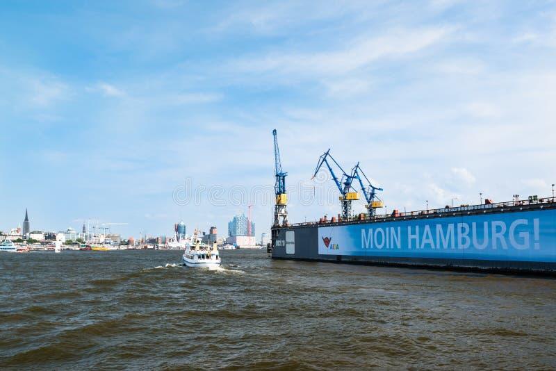 Blohm och Voss Drydock och horisont av Hamburg, Tyskland royaltyfria foton