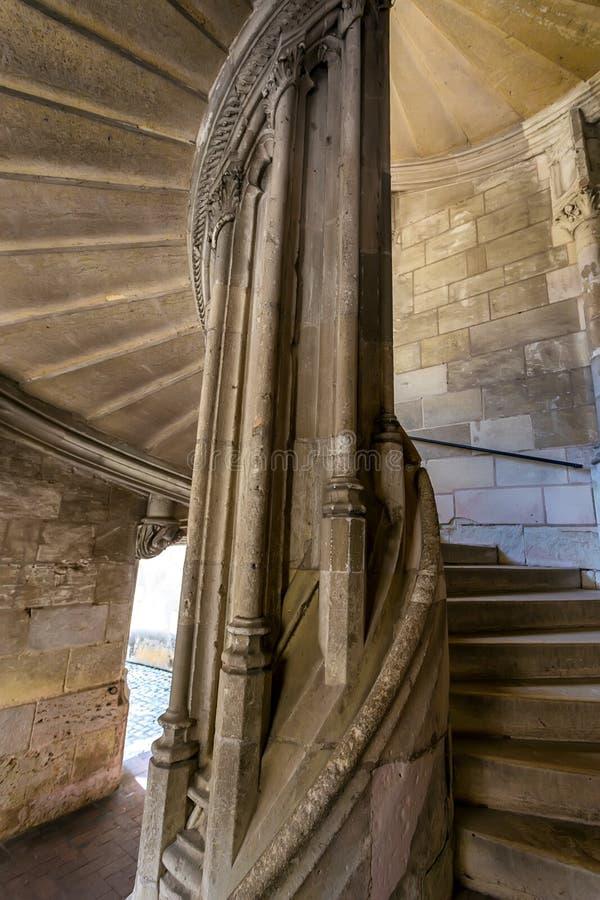 BLOIS, FRANKREICH - CIRCA IM JUNI 2014: Wendeltreppen im mittelalterlichen französischen Schloss stockbilder