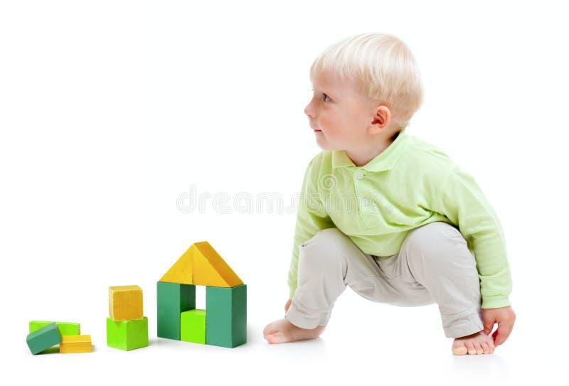 bloków blond chłopiec budynku podłogowy bawić się zdjęcia royalty free