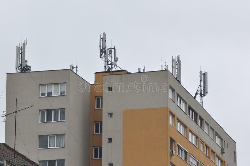 Blok mieszkalny z anteną obrazy royalty free