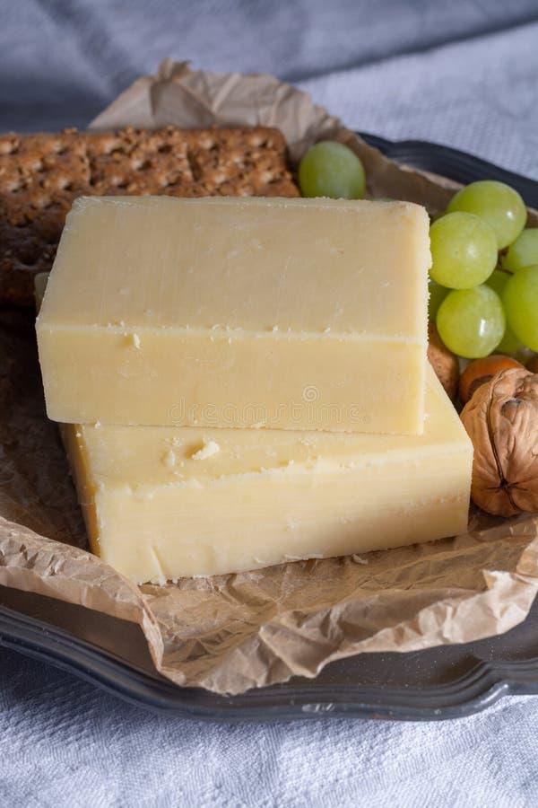 Blok starzejący się cheddaru ser popularny typ ser wewnątrz zdjęcia stock