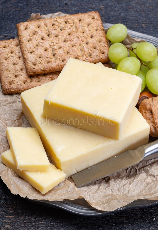 Blok starzejący się cheddaru ser popularny typ ser wewnątrz zdjęcia royalty free