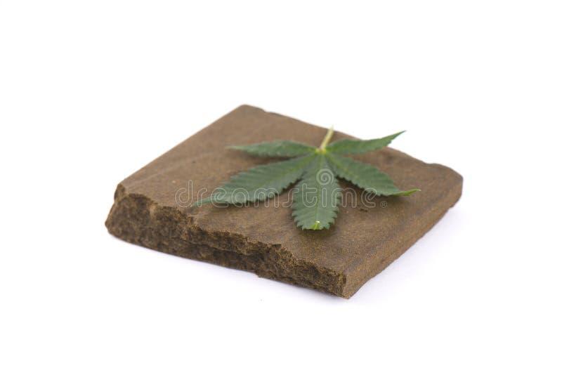Blok van hasjiesj, een medisch die marihuanaconcentraat wordt geïsoleerd met royalty-vrije stock foto