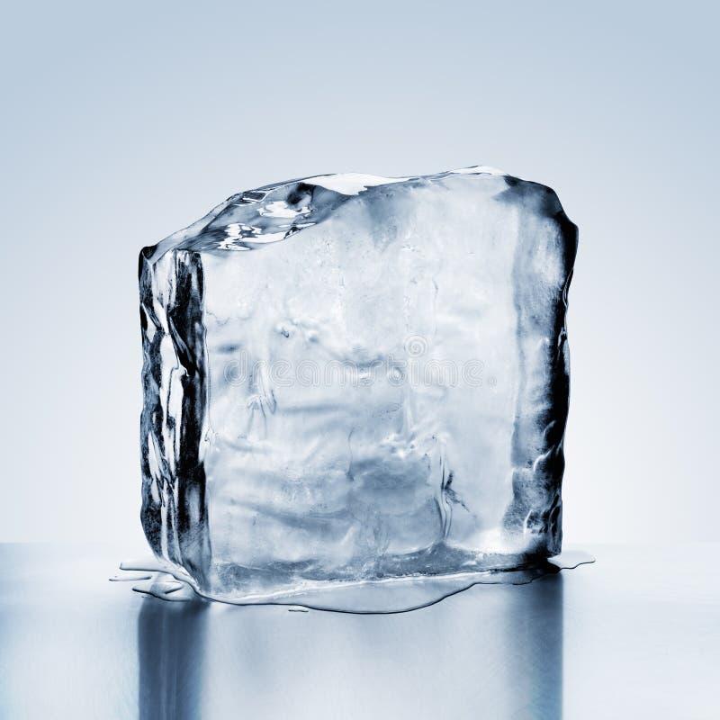 Blok zimny błękita lód topi na metal powierzchni z odbiciem zdjęcie stock