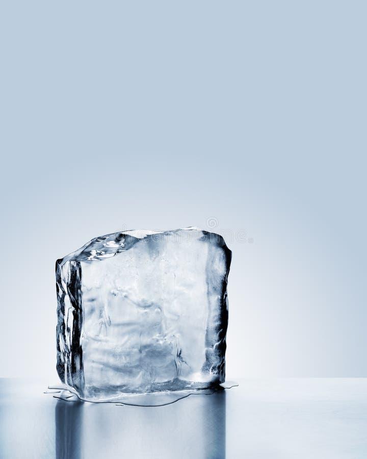 Blok zimny błękita lód topi na metal powierzchni z odbiciem fotografia stock