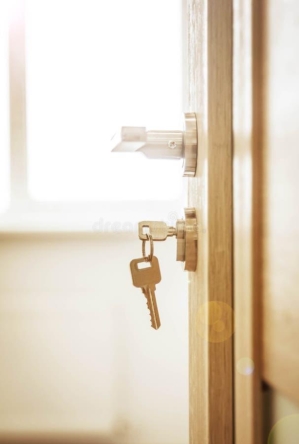 Blokada drzwi, drzwi otwarte przed pomieszczeniem rozmyte tło zdjęcia royalty free