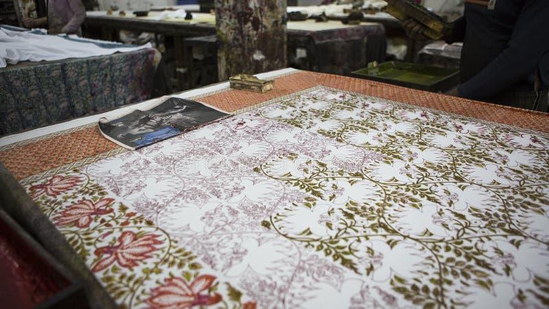Blokdruk voor Textiel in India De Blokdruk Tradi van Jaipur stock afbeeldingen