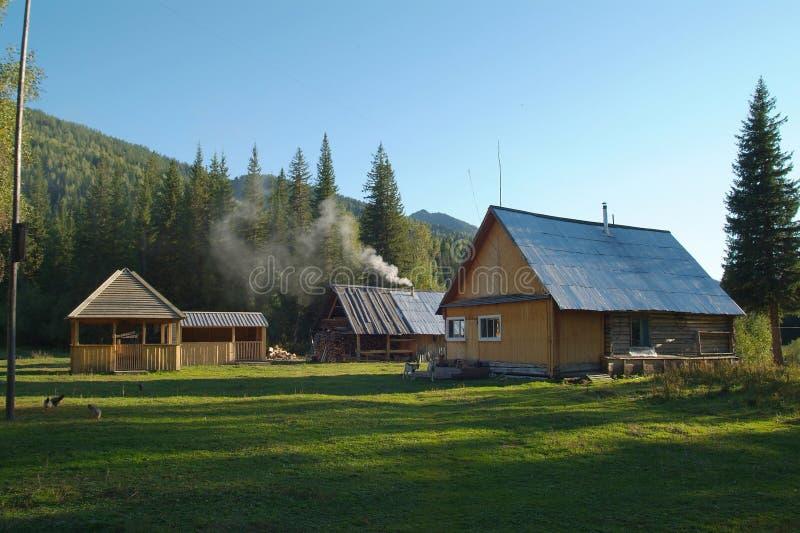 Blokhuis in de bergen en de huisdieren royalty-vrije stock foto's