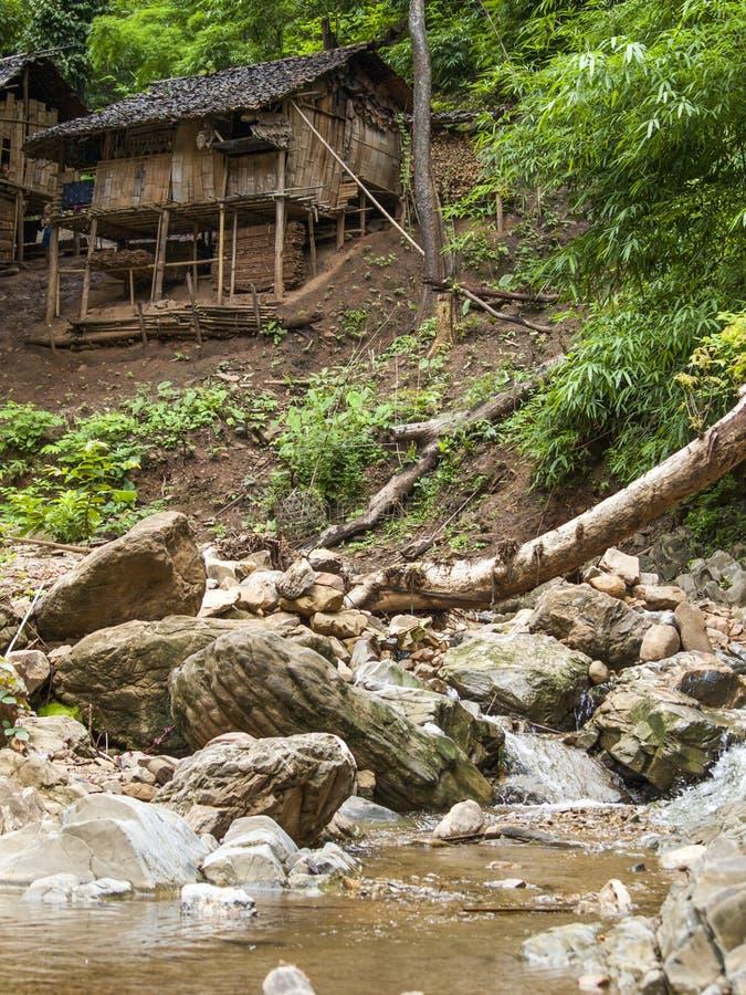 Blokhuis dichtbij kleine waterval stock foto