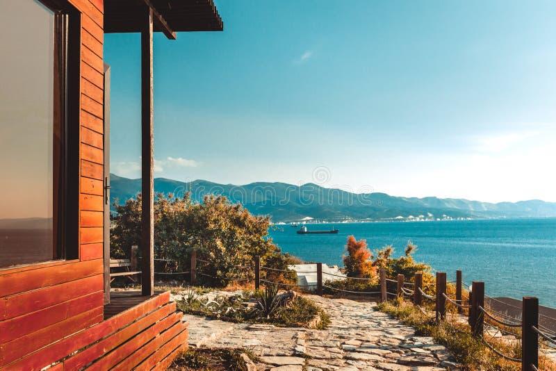 Blokhuis door van de overzeese en berg de perfecte zonsondergang landschapsmening stock afbeelding