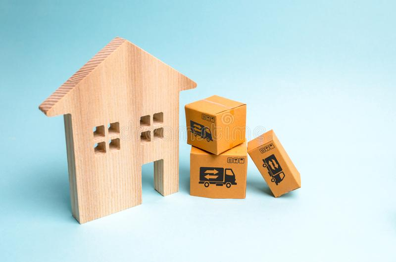 Blokhuis en kartondozen Het concept zich het bewegen aan een nieuw huis, inwijdingsfeest Het kopen van een nieuw huis, hypotheek royalty-vrije stock afbeeldingen