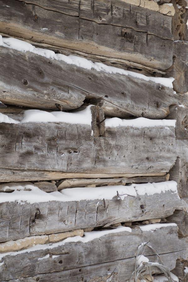 Blokhuis gezaagde logboeken aan hoekclose-up met sneeuw binnen - tussen royalty-vrije stock foto's