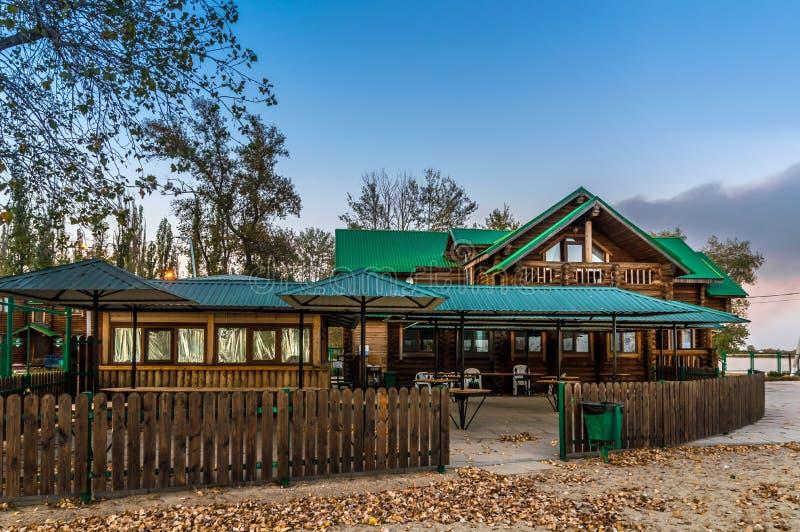 Blokhuis met een groen dak na zonsondergang met blauwe hemelachtergrond stock foto