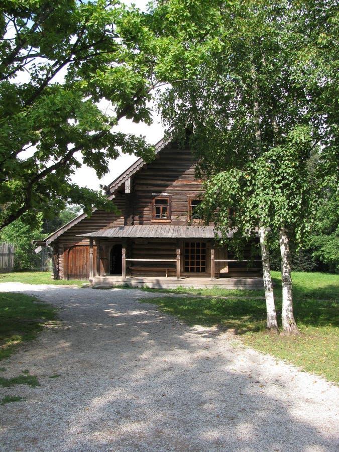 Blokhuis in platteland in Rusland stock afbeeldingen