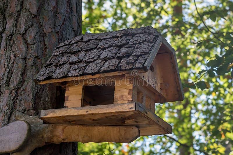 Blokhuis voor vogels met origineel dakclose-up stock afbeelding