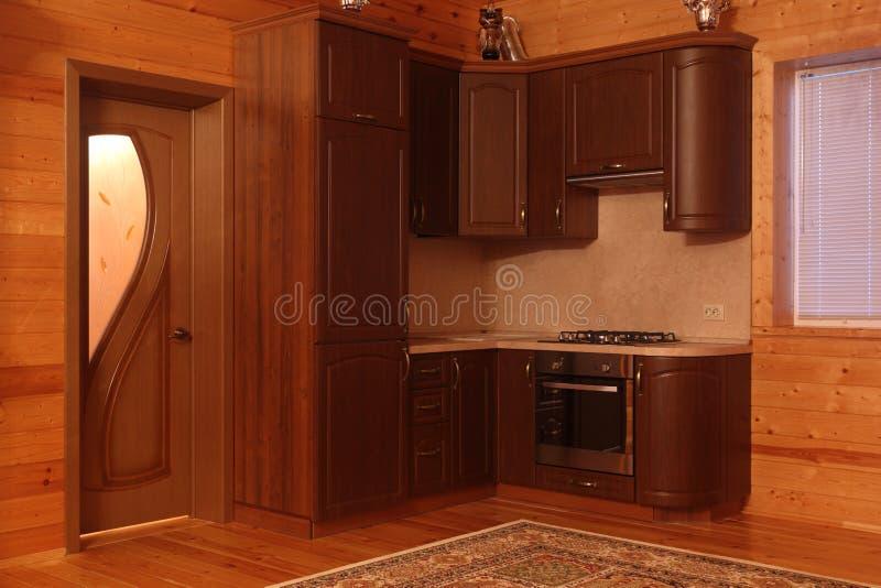 Blokhuisbinnenland met keukeneenheid stock fotografie