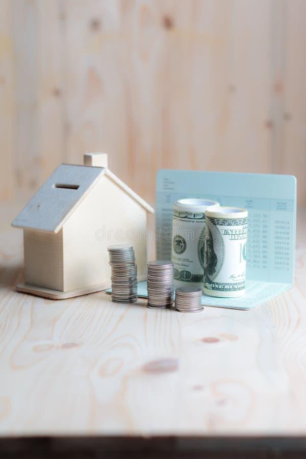 Download Blokhuisspaarvarken Met Dollargeld En Muntstuk Op Houten Lusje Stock Foto - Afbeelding bestaande uit bankwezen, lening: 114226590