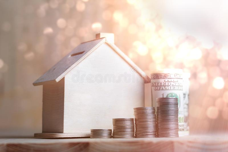 Download Blokhuisspaarvarken Met Dollargeld En Muntstuk Op Houten Lusje Stock Foto - Afbeelding bestaande uit investering, sluit: 114226676