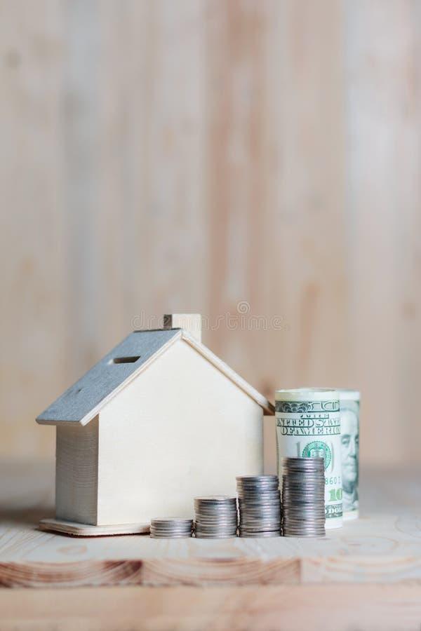 Download Blokhuisspaarvarken Met Dollargeld En Muntstuk Op Houten Lusje Stock Afbeelding - Afbeelding bestaande uit bankwezen, sluit: 114226687