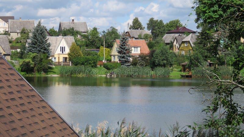 Blokhuizen bij oever van het meer in Litouwen royalty-vrije stock afbeelding