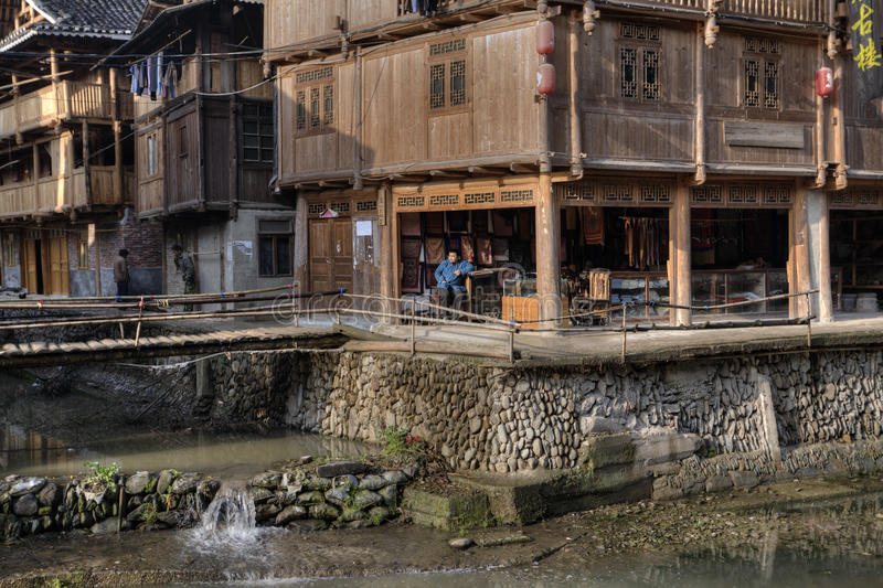 Blokhuizen en de landelijke rivier van de keidijk in Chinees stock foto