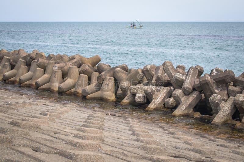 Blokkeert de golfbreker kustdiebescherming van geprefabriceerd cement wordt geconstrueerd om de intensiteit van golfactie te verm royalty-vrije stock afbeelding