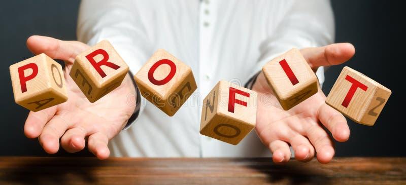 Blokken die worden geworpen door een man met letters vormen het woord Winst Succesvolle en winstgevende bedrijven, hoge inkomens  stock foto's